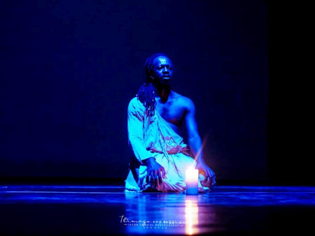 le danseur chorégraphe Aguibou Bougobali Sanou sur scène