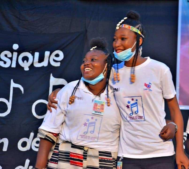 Aicha et Sarah du groupe Les Sahéliennes, lauréates 2ème prix, savourant leur succès