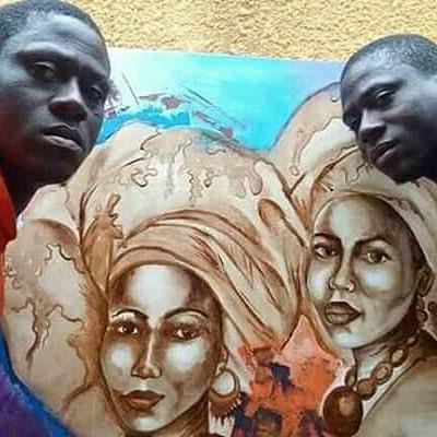 À droite Oussen Kéré et à gauche Hassan Kéré devant une de leurs œuvres