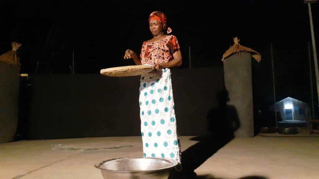 """Aminata Doumbouya sur scène dans le rôle de Nakany dans la pièce """"Vies Perdues"""""""