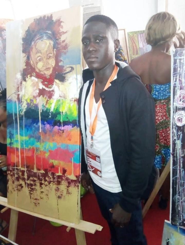Oussen Kéré présentant une de leurs œuvres lors du SITA