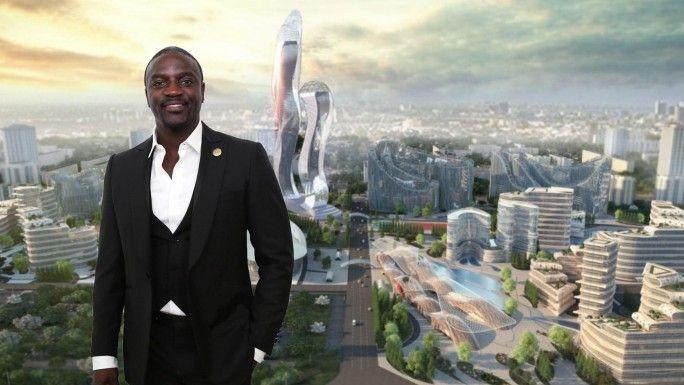 Le rappeur Akon avec à l'arrière plan la maquette de son projet
