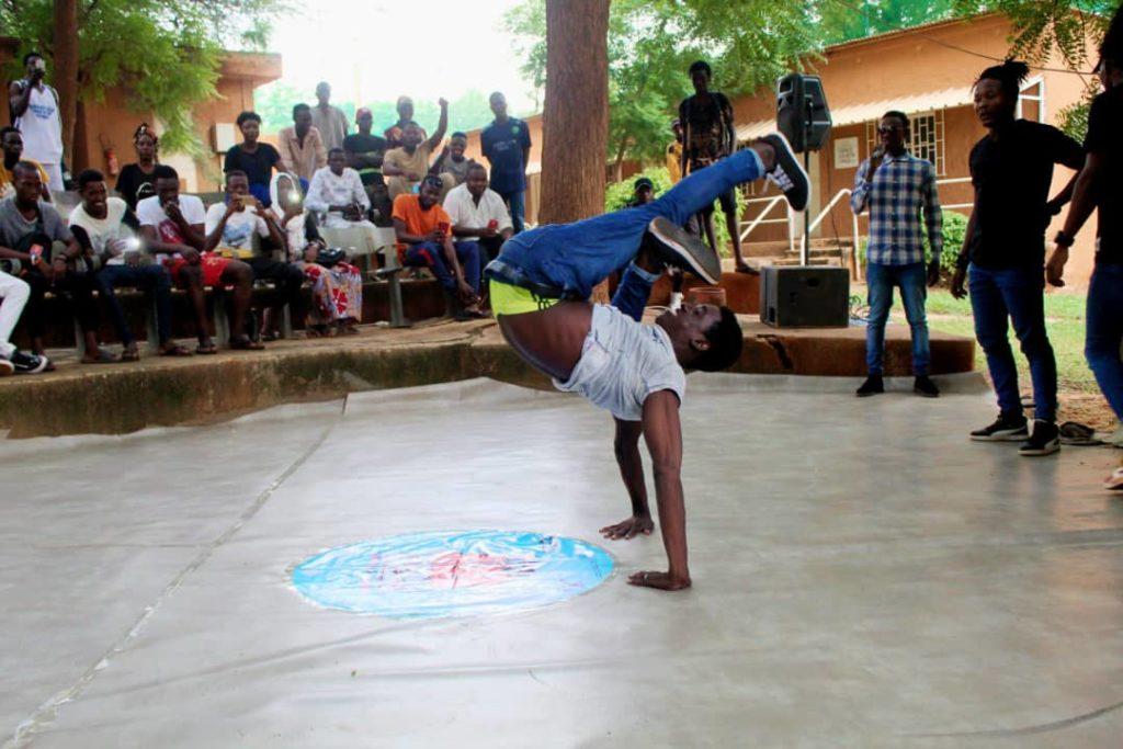 Action acrobatique d'un danseur