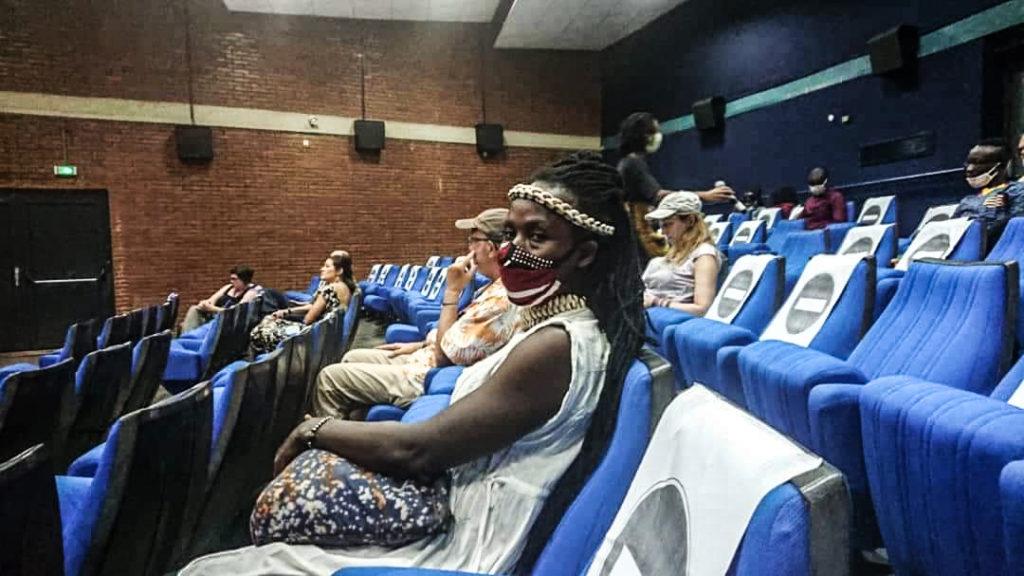 Public dans le respect des mesures barrières lors du spectacle Mètre Carré-M'être Carré